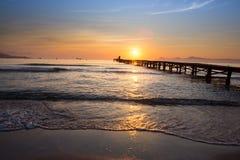 Puesta del sol en la pasarela del mar fotos de archivo libres de regalías