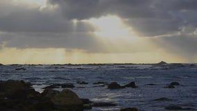Puesta del sol en la playa almacen de metraje de vídeo
