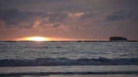 Puesta del sol en la playa almacen de video