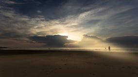 Puesta del sol en la playa fotos de archivo libres de regalías