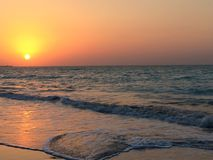 Puesta del sol en la playa Abu Dhabi foto de archivo libre de regalías