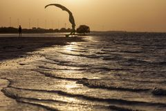 Puesta del sol en la playa en Abu Dhabi Fotos de archivo