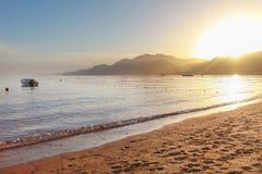 Puesta del sol en la playa arenosa egipcia Fotografía de archivo