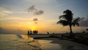 Puesta del sol en la playa del Caribe con la palmera en el San Blas Islands entre Panamá y Colombia Foto de archivo libre de regalías