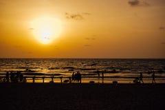 Puesta del sol en la playa en Chaung Tha Myanmar Birmania fotografía de archivo libre de regalías