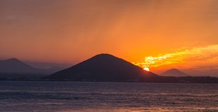 Puesta del sol en la playa con el cielo hermoso, paisaje de la naturaleza fotos de archivo