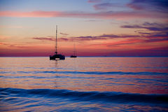 Puesta del sol en la playa con la nave Fotos de archivo libres de regalías