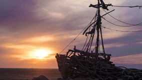 Puesta del sol en la playa con la ruina Foto de archivo libre de regalías