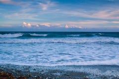 Puesta del sol en la playa con un cielo retroiluminado hermoso Foto de archivo