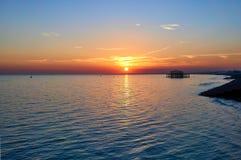 Puesta del sol en la playa de Brighton fotografía de archivo libre de regalías