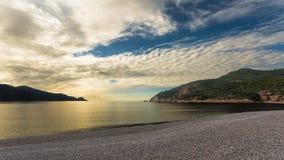 Puesta del sol en la playa de Bussaglia cerca de Oporto en Córcega Imágenes de archivo libres de regalías