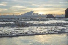Puesta del sol en la playa de Charlies, Koh Mook, Tailandia Fotografía de archivo libre de regalías