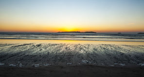 Puesta del sol en la playa de Essaouira Imágenes de archivo libres de regalías