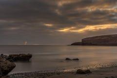 Puesta del sol en la playa de Fuerteventura Imagen de archivo libre de regalías