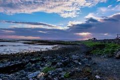 Puesta del sol en la playa de Islandia Imágenes de archivo libres de regalías