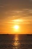 Puesta del sol en la playa de Jimbaran, isla de BALI, Indonisia. Foto de archivo