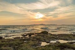 Puesta del sol en la playa de Jomtian Foto de archivo