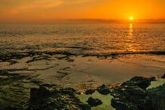 Puesta del sol en la playa de Keawaula en orilla del oeste seca del ` s de Oahu fotos de archivo