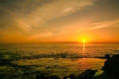 Puesta del sol en la playa de Keawaula en orilla del oeste seca del ` s de Oahu foto de archivo