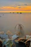 Puesta del sol en la playa de Kelanang durante alta marea Foto de archivo