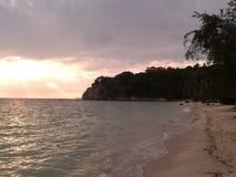 Puesta del sol en la playa de Koh Phangan en Tailandia Foto de archivo libre de regalías