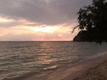 Puesta del sol en la playa de Koh Phangan en Tailandia Fotos de archivo libres de regalías