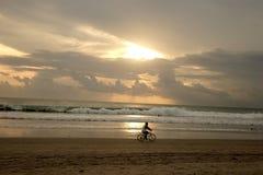 Puesta del sol en la playa de Kuta Foto de archivo libre de regalías