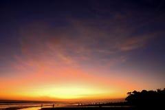 Puesta del sol en la playa de Kuta, Bali, Indonesia foto de archivo