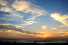 Puesta del sol en la playa de Kuta, Bali, Indonesia foto de archivo libre de regalías