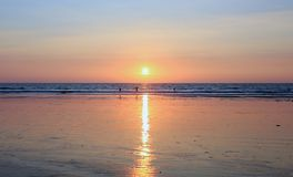 Puesta del sol en la playa de la arena en la India Imágenes de archivo libres de regalías