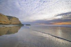 Puesta del sol en la playa de la reserva del estado del pino de Torrey foto de archivo