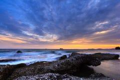 Puesta del sol en la playa de la roca Imagenes de archivo