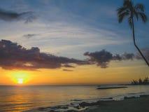 Puesta del sol en la playa de Laniakea imagenes de archivo