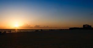 Puesta del sol en la playa de Lido en Sarasota, la Florida Foto de archivo