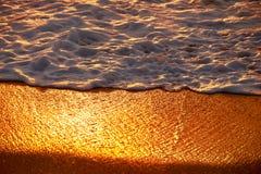 Puesta del sol en la playa de Mai Khao en Phuket Foto de archivo libre de regalías