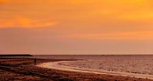 Puesta del sol en la playa de Manikar, Labuan Imagenes de archivo