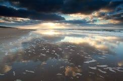 Puesta del sol en la playa de Mar del Norte Foto de archivo