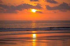 Puesta del sol en la playa de Matapalo en Costa Rica Fotografía de archivo libre de regalías