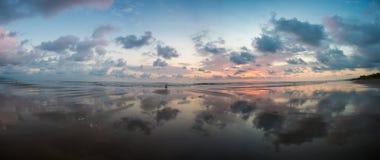 Puesta del sol en la playa de Matapalo en Costa Rica Foto de archivo libre de regalías