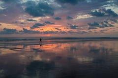 Puesta del sol en la playa de Matapalo en Costa Rica Fotos de archivo libres de regalías