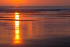 Puesta del sol en la playa de Matapalo en Costa Rica Foto de archivo
