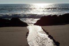 Puesta del sol en la playa de Miramar Granja, Portugal imagen de archivo