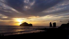 Puesta del sol en la playa de Mosteiros - Azores imagenes de archivo