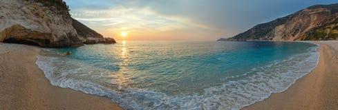 Puesta del sol en la playa de Myrtos (Grecia, Kefalonia, mar jónico) Fotos de archivo