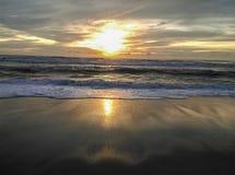 Puesta del sol en la playa de phuket Foto de archivo libre de regalías