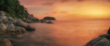 Puesta del sol en la playa de phuket con la roca Fotografía de archivo libre de regalías