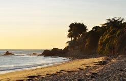 Puesta del sol en la playa de Piedra del La, Malibu, California Fotos de archivo