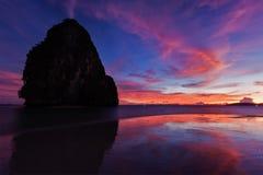 Puesta del sol en la playa de Pranang. Railay, provincia de Krabi Tailandia Foto de archivo libre de regalías