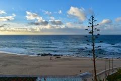 Puesta del sol en la playa de Santa Cruz - Portugal Fotos de archivo