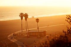 Puesta del sol en la playa de Santa Mónica Foto de archivo
